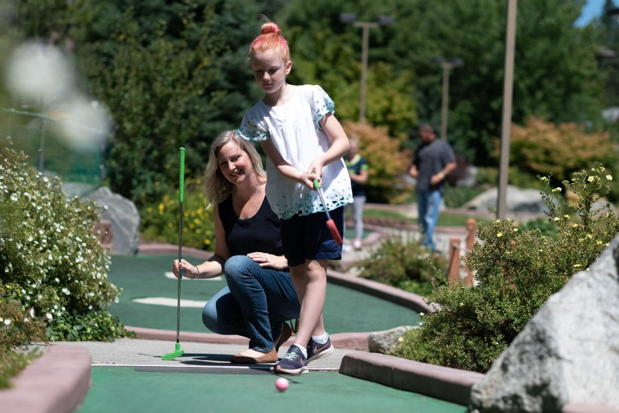 mini golf mother and daughter